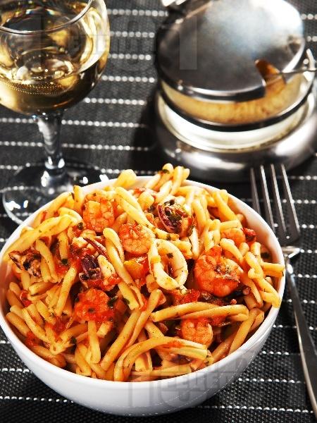 Паста с морски дарове и сос от домати, бяло вино, чесън и праз лук - снимка на рецептата